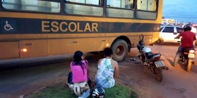 PORTO VELHO: Ônibus escolar passa por cima de moto ocupada por mulheres
