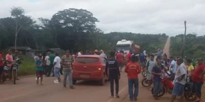 Moradores de Nova Califórnia interditam BR-364 entre Rondônia e Acre