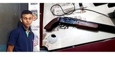VACILOU: Suspeito é preso com escopeta na frente de casa