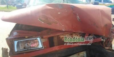 Rolim de Moura- Fiat Uno fica totalmente destruído após colidir em caminhão