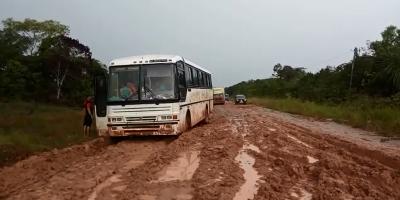 Grupo de adolescentes está há cinco dias em ônibus atolado na BR-319
