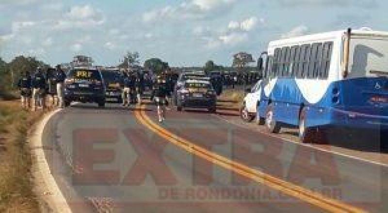 PF e PRF fazem operação para liberar rodovia em MT e prender 15 índios por cobrança de pedágio e extorsão