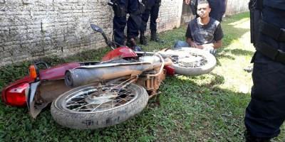 URGENTE: Apenado sofre grave acidente após roubo de moto e fuga alucinada