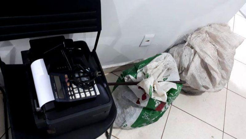 ARRASTÃO: Dupla em carro é presa após invadir loja de sucatas