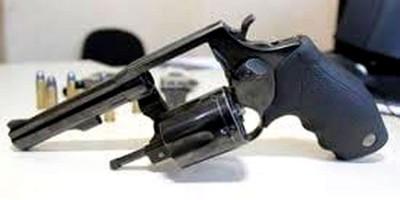 AMEAÇANDO: Após acidente de trânsito, ocupantes de F-250 são presos com revólver