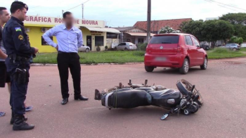 Condutor de motocicleta sofre escoriações após acidente com carro em cruzamento de Rolim de Moura