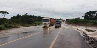 Devido a volume de chuvas, rio transborda em trecho da BR-364 em RO