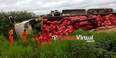 PIMENTA BUENO: Carreta com cerveja tomba após colisão com carro e carga fica espalhada...