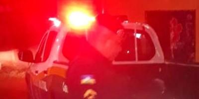 QUADRILHA: Criminosos atiram e agridem vítimas durante roubo de caminhonetes
