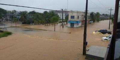 Vídeo e Fotos - Córrego Dois de Abril transborda e deixa famílias desabrigadas, em...