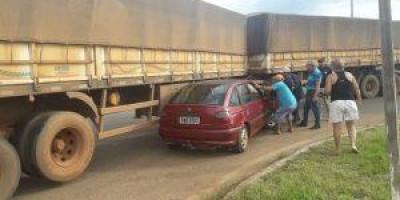 Automóvel e carreta se envolvem em acidente na rotatória da BR-364