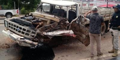 Caminhão F-4000 perde freio e motorista arrisca sua própria vida se jogando na frente...