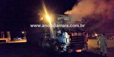 Carreta tem cabine destruída por incêndio às margens da BR-364