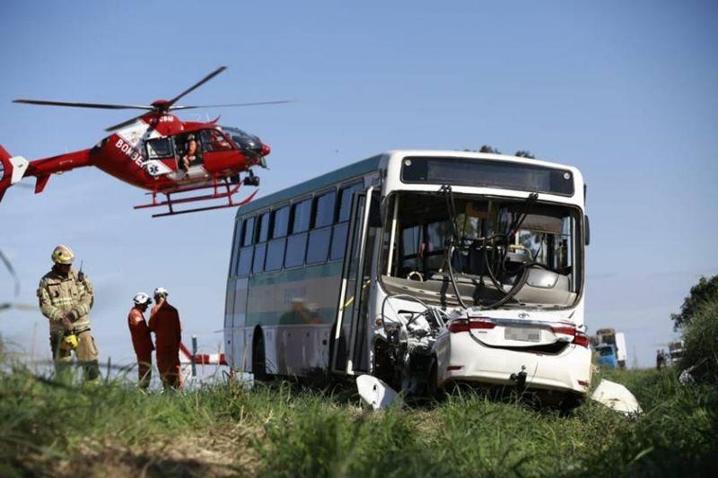 FOTOS E VÍDEOS: Acidente com ônibus escolar mata 2 mulheres e deixa 16 alunos feridos