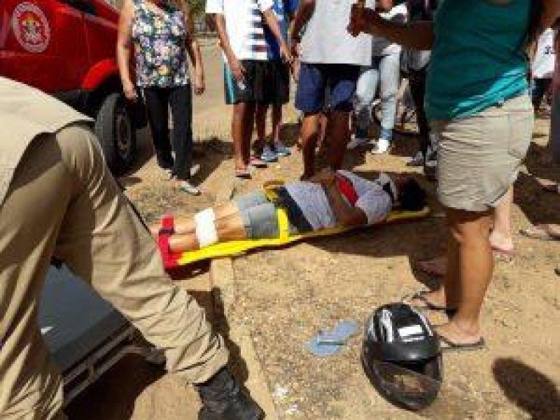 Mulher é conduzida ao hospital com suspeita de fraturas após colisão contra carro no São José