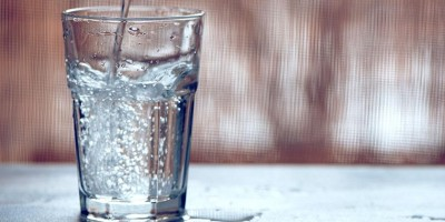 Beber água com gás traz benefícios à saúde? Saiba mais
