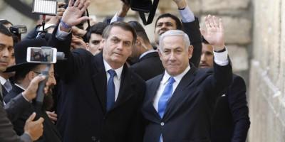 Bolsonaro vai a Muro das Lamentações com Netanyahu e faz pedido a Deus