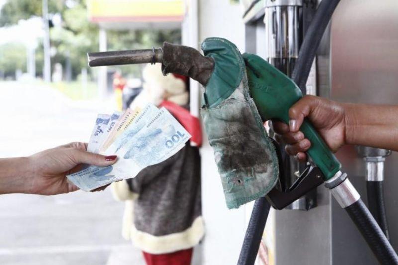 Governo altera preço da gasolina em 16 estados e no DF; veja valores