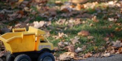 Menino de 4 anos morre após levar choque em lixeira