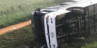 Ônibus com torcedores do Corinthians tomba na Bahia e deixa feridos