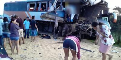 Trágico! Ônibus bate contra traseira de carreta parada na BR-364 e passageiros ficam...