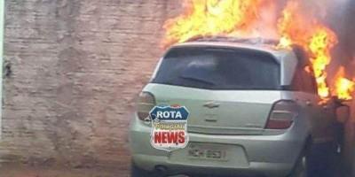 Veículo pega fogo dentro de residência e atinge muro