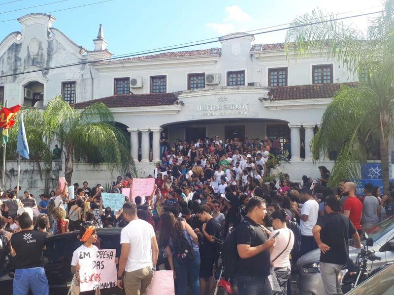 Estudantes e servidores protestam contra cortes na educação em Porto Velho