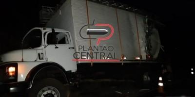 Caminhão boiadeiro tomba na BR 364 após colidir na traseira de baú