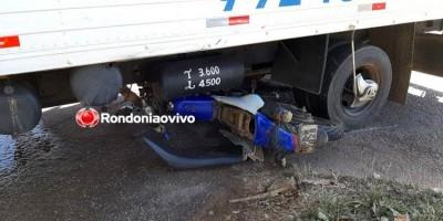 LIVRAMENTO: Motociclista e filho escapam da morte ao parar debaixo de caminhão em...