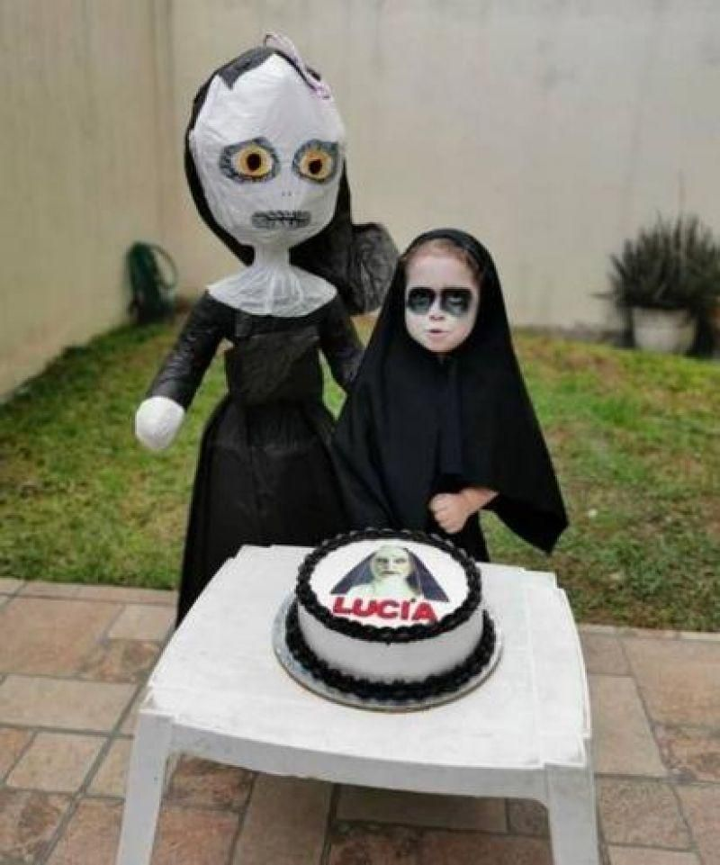 Menina de 3 anos viraliza ao ter festa com o tema de filme de terror