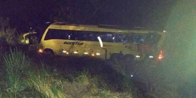 RONDÔNIA - Ônibus com 30 passageiros capota em ribanceira da BR-364