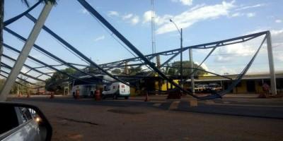 Estrutura metálica no posto da PRF desaba em cima de ônibus da Eucatur