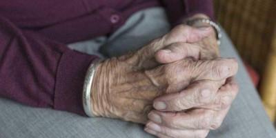 Idosa de 82 anos é resgatada passando fome e trancada sozinha; filha e netas são presas