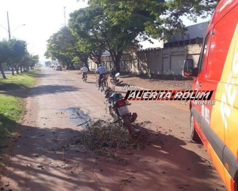 Rolim de Moura - Galho de árvore cai sobre mulher enquanto trafegava de moto e um graveto fica cravado em sua perna