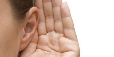 Mulher desenvolve infecção cerebral por limpar errado os ouvidos