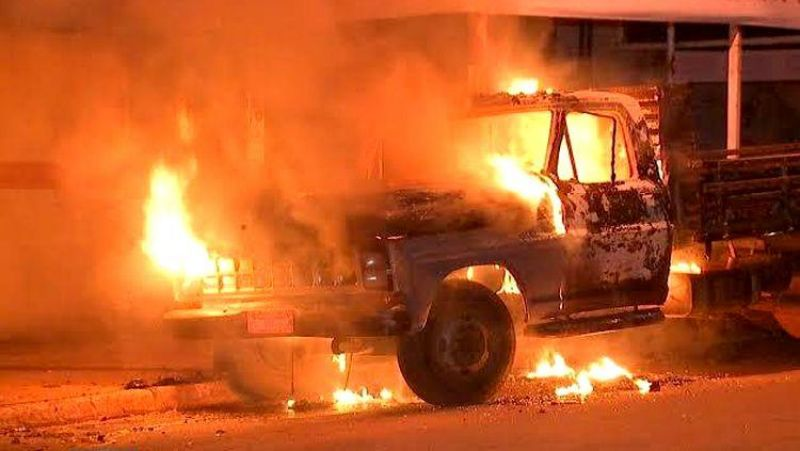 OUSADOS: Criminosos incendeiam veículo e expulsam moradores de residência