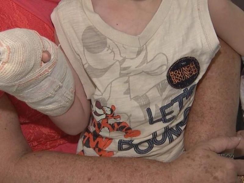 Pai é denunciado por suspeita de esmagar dedos do filho de 6 anos e colocar fita na boca da criança