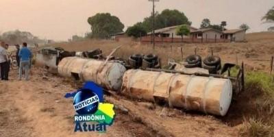 Caminhão tanque carregado com óleo diesel tomba em Rondônia