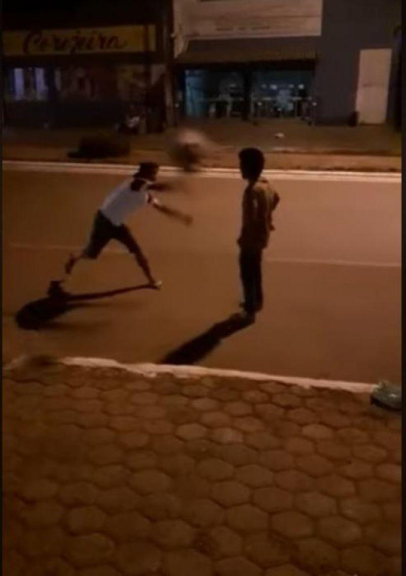 Em Alvorada D'Oeste, vídeo de jovem agredindo covardemente homem bêbado causa muito revolta nas redes sociais – VIDEO