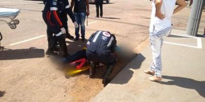 Mulher fica em estado grave ao ser derrubada de moto durante roubo