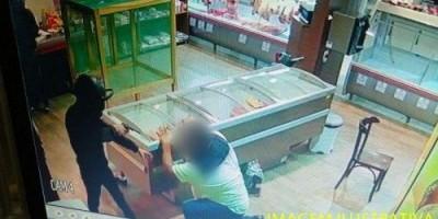 ROLIM DE MOURA: Após renderem funcionários e cliente, criminosos efetuam roubo em casa...