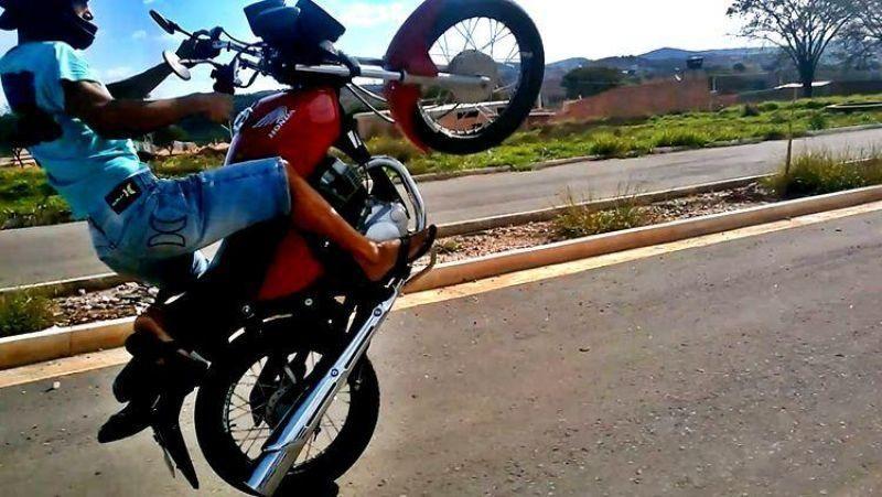 Rondônia: Adolescente empina moto, bate em viatura da PM e é detido junto com a mãe