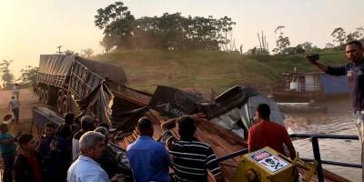 VÍDEO: Caminhão que esperava para atravessar na balsa cai no Rio Abunã