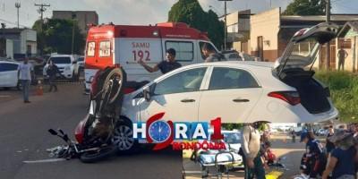 Moto fica engatada em carro após motorista fazer conversão em local proibido