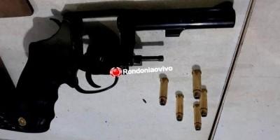 Batalhão de Choque flagra dois com revólver e moto roubada de residência