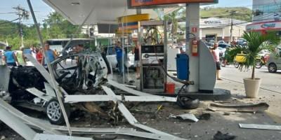 Carro explode em posto de gasolina