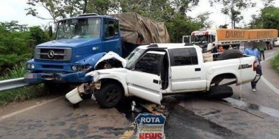 Em Rondônia caminhão colide contra camionete e duas pessoas ficam feridas