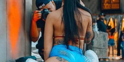 MC Mirella mostra bumbum tatuado em ângulo diferente na foto