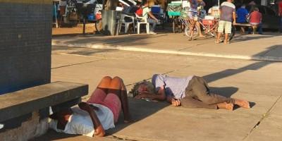 TRISTEZA: Moradores de rua se aglomeram no entorno da rodoviária da capital