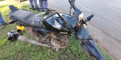 Mulher morre após cair de moto e ter braço esmagado por caminhão